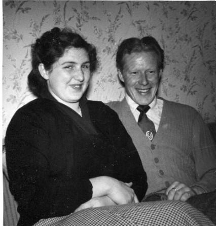 mamma-och-pappa-nyforlovade-paskafton-1955