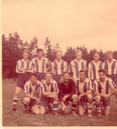 Gunnar Karlsson, 3a fr vänster övre raden, spelade fotboll, vid Västra Husby